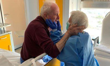 Morta l'anziana dell'abbraccio col marito simbolo della lotta al Covid