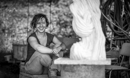 Milena, la passione per la scultura e quei 'frammenti di luna' che illuminano Ono San Pietro