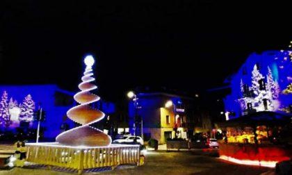 """Le luci e i silenzi della piazza in questo """"Natale a metà"""""""