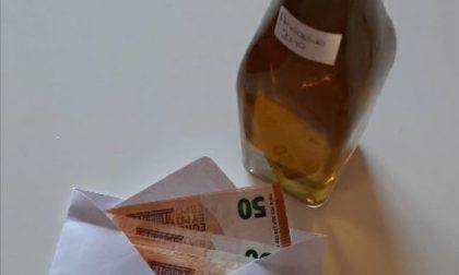 Il dono di una signora: 500 euro per i bambini e… una bottiglia di liquore alle amarene per il sindaco