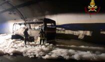 Bus prende fuoco in una galleria del Lecchese: autista salva i 25 bimbi che erano a bordo