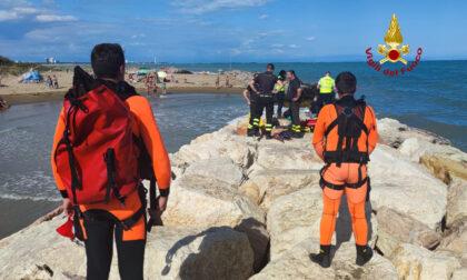 Incastrata per due ore a testa in giù tra gli scogli: donna salvata dai pompieri
