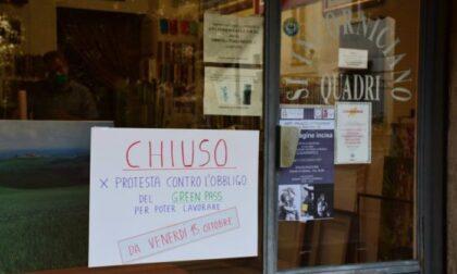 Negozi ribelli chiudono per Green pass e la farmacia invece non li stampa più